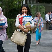 Nederland Rotterdam 22 augustus 2011 20110822 De scholen zijn weer begonnen. Leerlingen van middelbare school hebben de studieboeken voor het nieuwe schooljaar opgehaald. Aanvang schooljaar.  Foto: David Rozing
