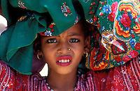 """Pakistan - """"Shiddis """", esclaves de l'empire des Indes - C'est à Mango Pir, mausolée d'un saint soufi du XIII éme siècle, situé à l'extérieur de Karachi que cette communauté noire, tiraillée entre ses racines africaines animistes et son identité musulmane pakistanaise, se retrouve et s'épanouit. Ils campent autour du mausolée dans des abris de fortune - Pendant quatre jours, des milliers de Shiddis venus de tout le sud du Pakistan, festoient, dansent, chantent, prient ensemble - Fillette transportant le cou d'une chevre sacrifiée pour l'offrire aux crocodiles // Pakistan, Shiddi, the black of Pakistan with African origine"""