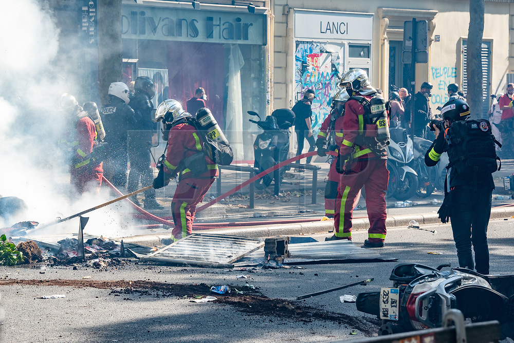 © Licensed to London News Pictures. 21/09/2019. Paris, France. Fire fighters attend after protesters set fire to scooters in the street and clash with police at climate change demonstration in Paris. Photo credit: Peter Manning/LNP