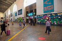 """DEU, Deutschland, Germany, Stuttgart, 14.09.2020: Passanten laufen durch die """"Secret Walls Gallery"""" im Bonatzbau, Hauptbahnhof Stuttgart. Bevor in dem fast 100 Jahre alten Bonatzbau ein Einkaufstempel mit Vier-Sterne-Hotel entsteht, erobern Stuttgarter Graffiti-Künstler diesen Raum noch einmal zurück."""