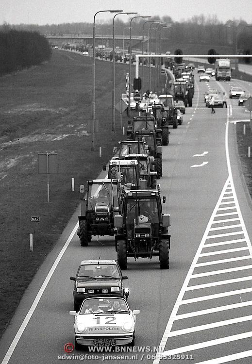 NLD/Huizen/19900309 - Boeren op weg naar huis na acties in Den Haag op de A27 onder begeleiding van een Porsche van de KLPD
