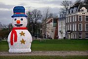 Nederlannd, Nijmegen, 18-12-2020 Op de waalkade zijn als aankleding in de kerstsfeer enkele verlichte kunstwerken geplaatst zoals deze grote sneeuwpop van 6 meter hoog.. Foto: ANP/ Hollandse Hoogte/ Flip Franssen