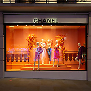 Dopo una visita veloce in Oxford Street, torniamo in @BondStreet ad ammirare le vetrine di Chanel, uno dei prestigiosi marchi presenti nella lussuosa via della moda a Mayfair. <br /> <br /> After a quick visit to Oxford Street, we return to @BondStreet to admire the Chanel window, one of the prestigious fashion brands present in the charming street in Mayfair.
