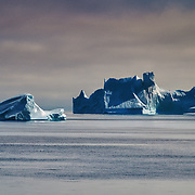 2019/07/11-Baffin Sea, Greenland west Coast. We enter Disko Bay. At the end of the bay, the Jakobshavn glacier (or Sermeq Kujalleq in Greenlandic) blocks the Illulissat fjord. We are in the northern hemisphere's main iceberg nursery. This glacier, studied for 250 years, melts at an average rate of 20 to 30 meters per day and produces 20 billion tonnes of iceberg per year, the equivalent of the drinking water used annually in France. During a scientific collecting station, we counted 303 icebergs around us. At the end of the day, the sun spread over the mountains for a few minutes before resuming its course for another day.