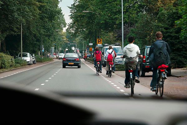 Nederland, Putten, 26-9-2006..Hoofdweg door Putten vanuit het noorden. Fietsers, scholieren rijden naar huis...Foto: Flip Franssen/Hollandse Hoogte