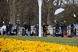© Licensed to London News Pictures.09/04/2021. London, UK. Members of the press gather outside of Buckingham Palace following an announcement regarding the death of Prince Philip. Buckingham Palace has announced that Prince Philip The Duke of Edinburgh passed away this morning at Windsor Castle . Photo credit: George Cracknell Wright/LNP
