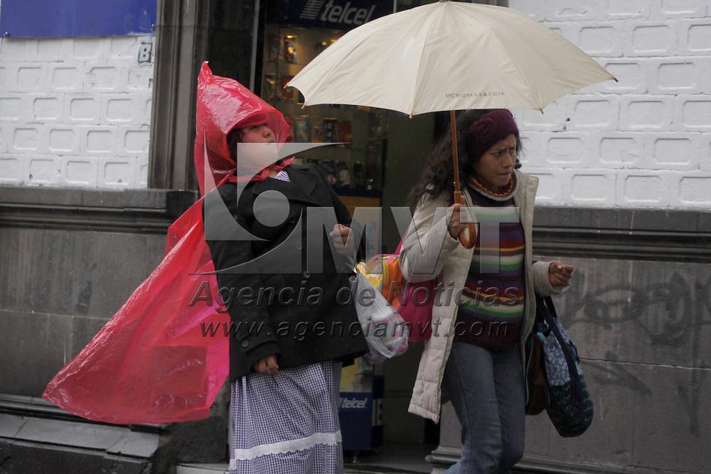 TOLUCA, México.- De acuerdo al servicio meteorológico de la Universidad Autónoma del Estado de México (UAEM) el mal clima que impera desde el día de ayer se debe a un fenómeno muy similar a un ciclón que es producido por la entrada de nubosidad del océano Pacífico, lo que ha provocado lluvia acompañada de fuertes  vientos. Agencia MVT / Crisanta Espinosa. (DIGITAL)