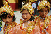 Myanmar (ex Birmanie), Mandalay, Paya Mahamuni, ceremonie rituelle pour des enfants devenant novices // Myanmar (Burma), Mandalay, Paya Mahamuni, ritual for the children going to become a nun