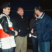 Brand Opeldealer Fred Janssen Ambachtsweg Huizen, burgemeester Verdier en Ben Wolbers praat met de eigenaren