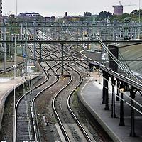 Nederland, Utrecht , 1 oktober 2009..Vanaf 20 december 2009 gaat de nieuwe dienstregeling in. .ProRail en de NS gaan in dit verband nauwer met elkaar samenwerken.Op de afdeling planning zien we Laura Suijkens aan het werk..Op de foto  een leeg perron op Station Centraal in Utrecht tussen een wirwar van treinspoor en rails.The new Dutch Railways timetable will be launched on 20 december 2009. Prorail and Dutch Railways will collaborate more.