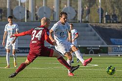 Frederik Bay (FC Helsingør) presses af Sebastian Denius (Skive IK) under kampen i 1. Division mellem FC Helsingør og Skive IK den 18. oktober 2020 på Helsingør Stadion (Foto: Claus Birch).