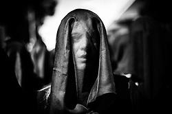 """Nel giorno del Sabato Santo una moltitudine di donne velate di nero canta """"Stabat Mater"""" per tutta la durata della processione. Un rito religioso molto intenso che accompagna la statua della Madonna per le vie di Canosa di Puglia. Un canto profondo, emotivo che diventa lamento e tormento fino a quando non scompare nella contemplazione del dolore della Vergine Maria."""