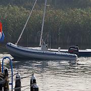 Koninging Beatrix gaat varen met de Groene Draeck, reddingsbootjes achter