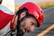 Todd Reichert heeft zijn persoonlijk record gereden op de vijfde racedag. In Battle Mountain (Nevada) wordt ieder jaar de World Human Powered Speed Challenge gehouden. Tijdens deze wedstrijd wordt geprobeerd zo hard mogelijk te fietsen op pure menskracht. Ze halen snelheden tot 133 km/h. De deelnemers bestaan zowel uit teams van universiteiten als uit hobbyisten. Met de gestroomlijnde fietsen willen ze laten zien wat mogelijk is met menskracht. De speciale ligfietsen kunnen gezien worden als de Formule 1 van het fietsen. De kennis die wordt opgedaan wordt ook gebruikt om duurzaam vervoer verder te ontwikkelen.<br /> <br /> Todd Reichert at the finish of the fifth racing day. In Battle Mountain (Nevada) each year the World Human Powered Speed Challenge is held. During this race they try to ride on pure manpower as hard as possible. Speeds up to 133 km/h are reached. The participants consist of both teams from universities and from hobbyists. With the sleek bikes they want to show what is possible with human power. The special recumbent bicycles can be seen as the Formula 1 of the bicycle. The knowledge gained is also used to develop sustainable transport.