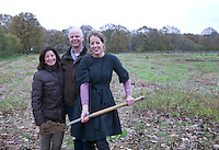 CROMVOIRT - Initiatiefnemers van de Cromvomvoirtse Golf Club, Jan, Marianne en Marieke Hendriks. COPYRIGHT KOEN SUYK