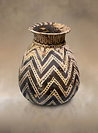 Minoan  alabastron with zig zag design, Machlos 1500-1400 BC; Heraklion Archaeological  Museum. .<br /> <br /> If you prefer to buy from our ALAMY PHOTO LIBRARY  Collection visit : https://www.alamy.com/portfolio/paul-williams-funkystock/minoan-art-artefacts.html . Type -   Heraklion   - into the LOWER SEARCH WITHIN GALLERY box. Refine search by adding background colour, place, museum etc<br /> <br /> Visit our MINOAN ART PHOTO COLLECTIONS for more photos to download  as wall art prints https://funkystock.photoshelter.com/gallery-collection/Ancient-Minoans-Art-Artefacts-Antiquities-Historic-Places-Pictures-Images-of/C0000ricT2SU_M9w