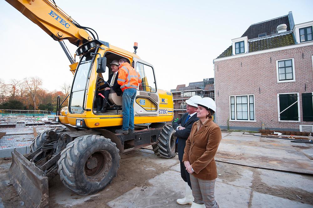 Nederland, Zeist, 14 nov 2012.Burgemeester van Zeist drukt paaltje de grond in als start van de bouw van o.a. appartementen in het centrum..Foto (c)  Michiel Wijnbergh