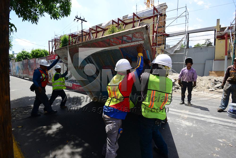 Toluca, México (Abril 26, 2016).- La noche de este lunes fue cerrada la circulación vehicular en la avenida Sebastián Lerdo de Tejada, de la calle Ignacio de la Llave a Jilotepec, debido a los trabajos de reparación de la tubería del Colector de Alivio del río Verdiguel.  Agencia MVT / Crisanta Espinosa