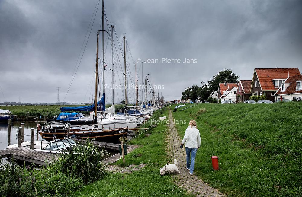 Nederland, Durgerdam, 2 augustus 2016.<br /> Durgerdam, de dijk en haven.<br /> <br /> Durgerdam, al dutch village near Amsterdam along the dyke bank dam of the IJsselmeer.<br /> <br /> Foto: Jean-Pierre Jans
