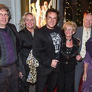 NLD/Amsterdam/20131219 - Premiere Kerstcircus 2013 Carre, Gerard Joling met zijn moder, broer Willem en partner Emmy en schoonfamilie