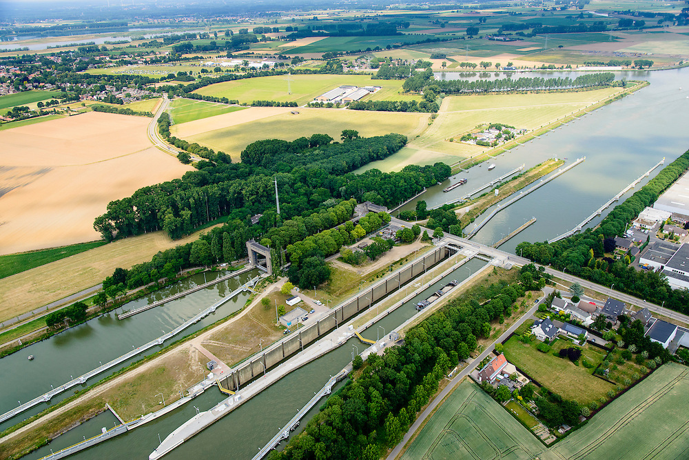 Nederland, Limburg, Gemeente Sittard-Geleen, 26-06-2014; Julianakanaal met Sluis Born.<br /> luchtfoto (toeslag op standaard tarieven);<br /> aerial photo (additional fee required);<br /> copyright foto/photo Siebe Swart.