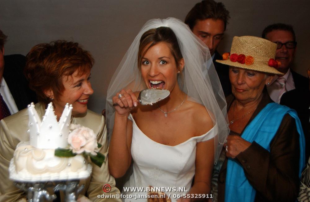 Huwelijk Renee Vervoorn en Francis Zwaneveld in kasteel Sypesteijn Loosdrecht, Renee snoept van de bruidstaart