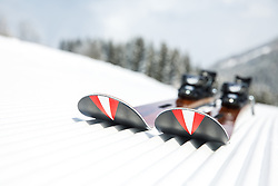 THEMENBILD - Ski aus der Werkstatt von Hiliski mit rot-weiß-rotem Österreich-Motiv im Belag der Skischaufel auf einer frisch präparierten Piste symbolisiert das Thema Skifahren in Österreich, aufgenommen am 4. Februar 2018, Rohrmoos, Schladming, Österreich // alpine ski made by Hiliski with a symbol of the Austrian flag at the skishovel on a fresh prepared slope in Rohrmoos, Schladming, Austria on 2018/02/04. EXPA Pictures © 2018, PhotoCredit: EXPA/ Martin Huber