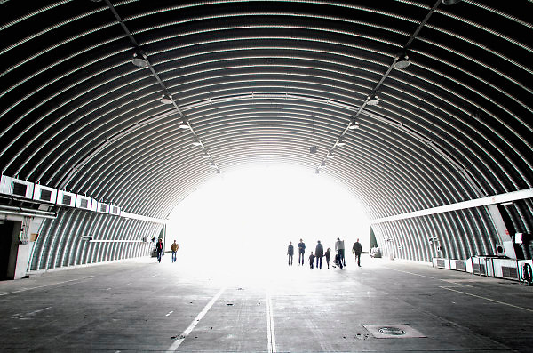 Duitsland, Weeze, 1-5-2008..Luchthaven Niederrhein (Weeze airport), vlak over de grens bij Nijmegen,  bestaat 5 jaar. Deze voormalige Britse luchtmachtbasis is een tot een succesvol leven als burgervliegveld..getransformeerd. Ryanair vliegt op verschillende bestemmingen. t.g.v. hiervan werden gisteren en vandaag een vliegshow gegeven. Ook konden mensen een deel van de vroegere basis bekijken...Op de foto een reusachtige hangar van een Victor bommenwerper die hier in de zestiger jaren gestationeerd waren. Zij waren uitgerust om atoombommen te werpen...Foto: Flip Franssen/Hollandse Hoogte