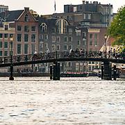 NLD/Amsterdam/20180628 - Rondvaart Amsterdam, brug over een gracht in Amsterdam met fietsers