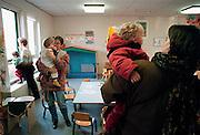 Nederland, Nijmegen, 10-9-1998..Ouders halen hun kinderen op van het kinderdagverblijf, creche, kinderopvang, van de universiteit. Peuterspeelzaal, tweeverdieners, kinderdagverblijf..Foto: Flip Franssen/Hollandse Hoogte