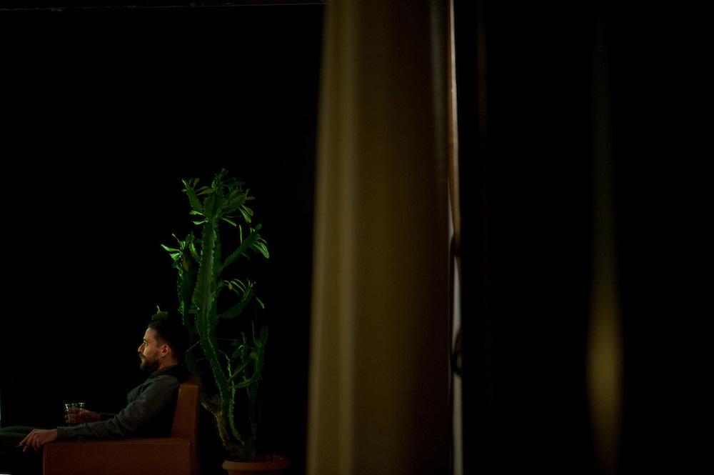VANYA. ΔΕΚΑ ΧΡΟΝΙΑ ΜΕΤΑ. / ομάδα blitz<br /> Θέατρο Τέχνης Καρόλου Κουν,<br /> Παράσταση της ομάδας blitz εμπνευσμένη από το «Θείο Βάνια» του Τσέχοφ(1899).<br /> 10 χρόνια μετά το τέλος του έργου, ο Βάνια, η Σόνια, η Ελένα και ο Αστρόφ ξαναθυμούνται αποσπάσματα της ζωής τους. Τα ξαναζούν, τα διορθώνουν, τα αναπαριστούν. Απομονωμένοι σε έναν απροσδιόριστο χώρο. Η αφήγηση του έργου προωθείται τόσο με τη σκηνική δράση όσο και με κείμενα που προβάλλονται εν είδει υπερτίτλων. Σκηνές από τον «Θείο Βάνια» και πρωτότυπα κείμενα διαστρεβλώνουν την τυπική συνέχεια του έργου και δημιουργούν ένα νέο περιεχόμενο, έναν νέο τόπο και μια νέα ιστορία.<br /> Η ομάδα blitz,10 χρόνια μετά την ίδρυσή της, μεταξύ θεάτρου και ντοκυμαντέρ, μεταξύ αυτοβιογραφίας και μυθιστορήματος, γράφει ένα καινούριο έργο για την ερωτική επιθυμία, για τη ζωή ως θρίαμβο, για το πώς κανείς γερνάει,για τον φόβο που μεγαλώνει,για το θέατρο, τους διανοούμενους, τη μνήμη, την οργή, την ακινησία της ζωής – αναμιγνύοντας την ιστορία τους με την ιστορία των τσεχοφικών ηρώων, που κουράστηκαν μετά από 100 χρόνια θαυμασμού.<br /> Η «διεθνής» ελληνική ομάδα blitz συνεργάζεται για πρώτη φορά με το Θέατρο Τέχνης. Η παράσταση μετά την Αθήνα θα περιοδεύσει στο εξωτερικό.<br /> Σκηνοθεσία: ομάδα blitz<br /> Δραματουργία: ομάδα blitz, Νίκος Φλέσσας<br /> Φωτισμοί: Τάσος Παλαιορούτας<br /> Σκηνικά: Έφη Μπίρμπα<br /> Κοστούμια: Βασιλεία Ροζάνα<br /> Μουσική επιμέλεια: Γιώργος Κωσταντινίδης<br /> Βοηθός σκηνοθεσίας: Βάσια Ατταριάν<br /> Ηθοποιοί: Γιώργος Βαλαής, Αγγελική Παπούλια, Χρήστος Πασσαλής.<br /> Πέμπτη 27 Νοεμβρίου 2014 – Κυριακή 25 Ιανουαρίου 2015