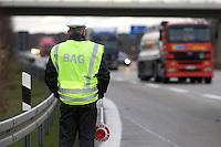 03 JAN 2005, LUDWIGSFELDE/GERMANY:<br /> Beamter des Bundesamtes fuer Gueterverkehr, waehrend einer Mautkontrolle, Parkplatz Fresdorfer Heide<br /> IMAGE: 20050103-01-023<br /> KEYWORDS: Bundesamt für Güterverkehr, LKW Maut, Kontroleur<br /> BAG