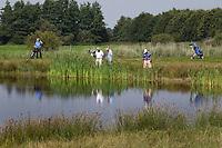EXLOO - zoeken naar de bal op Hole 14 van Golfpark Exloo in Drenthe. FOTOGRAFIE KOEN SUYK