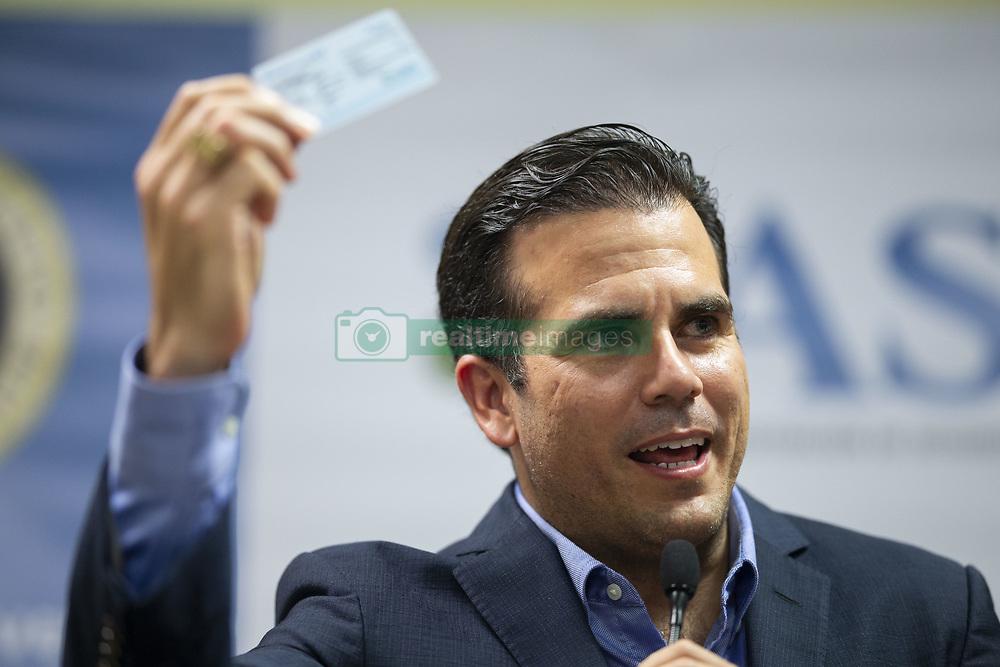 October 9, 2018 - Guaynabo, Puerto Rico - Guaynabo, Octubre 9, 2018 - MCD - Guaynabo Medical Mall - FOTOS para ilustrar una historia sobre la entrega de las primeras tarjetas del plan de salud Vital por parte del gobernador Ricardo Rosselló Nevares. EN LA FOTO Rosselló levanta una de las tarjetas (de muestra) durante la actividad..FOTO POR:  tonito.zayas@gfrmedia.com.Ramon '' Tonito '' Zayas / GFR Media (Credit Image: © El Nuevo Dias via ZUMA Press)