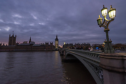 © Licensed to London News Pictures. 19/11/2017. London, UK.  The sun sets over Westminster on an autumn evening. Photo credit: Stephen Chung/LNP