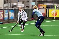 LAREN -  Hockey Hoofdklasse Dames: Laren v Pinoké, seizoen 2020-2021. Foto: Kiki Rozemeijer (Pinoké) en Esmee Broekhuizen (Laren)