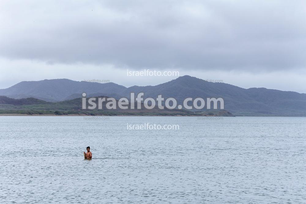 San Dionisio del Mar, Oaxaca. 30 de mayo del 2013. Pescador trabajando.  /  Fisherman working