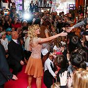 NLD/Amsterdam/20121209 - Premiere K3 Bengeltjes, Josje Huisman deelt handtekeningen uit