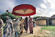 Nederland, Berg en Dal, 25-6-2006 Ghanese koning Asantahene Otumfuo Osei Tutu II van de Ashanti opent vernieuwde Afrikamuseum. Met zijn gevolg, waaronder de linguist met het heilige boek, verlaat hij het Ghanese dorp. ( De Ashanti was een machtig volk in zuid-ghana die slaven hielden of doorverkochten aan de europeanen tot begin 19e eeuw ). Foto: ANP/ Hollandse Hoogte/ Flip Franssen