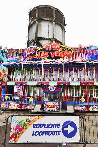 Nederland, Nijmegen, 11-10-2020 De najaarskermis is uitgeweken naar het terrein van de Nyma en Vasim, buiten het stadscentrum . Vanwege de corona vond burgemeester Bruls dat er in het centrum van de stad onvoldoende ruiimte is om afstand te houden . De kermisexploitanten hebben veel moeite gedaan het terrein en de attracties coronaproof te maken . Helaas was het het grootste deel van de week slecht weer met regen . Foto: ANP/ Hollandse Hoogte/ Flip Franssen