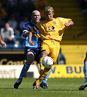 Fotball<br /> Foto: SBI/Digitalsport<br /> NORWAY ONLY<br /> <br /> Wycombe Wanderers v Cambridge United<br /> Coco-Cola League Two. 07/08/2004.<br /> <br /> Luke Gutteridge is challenged by Keith Ryan