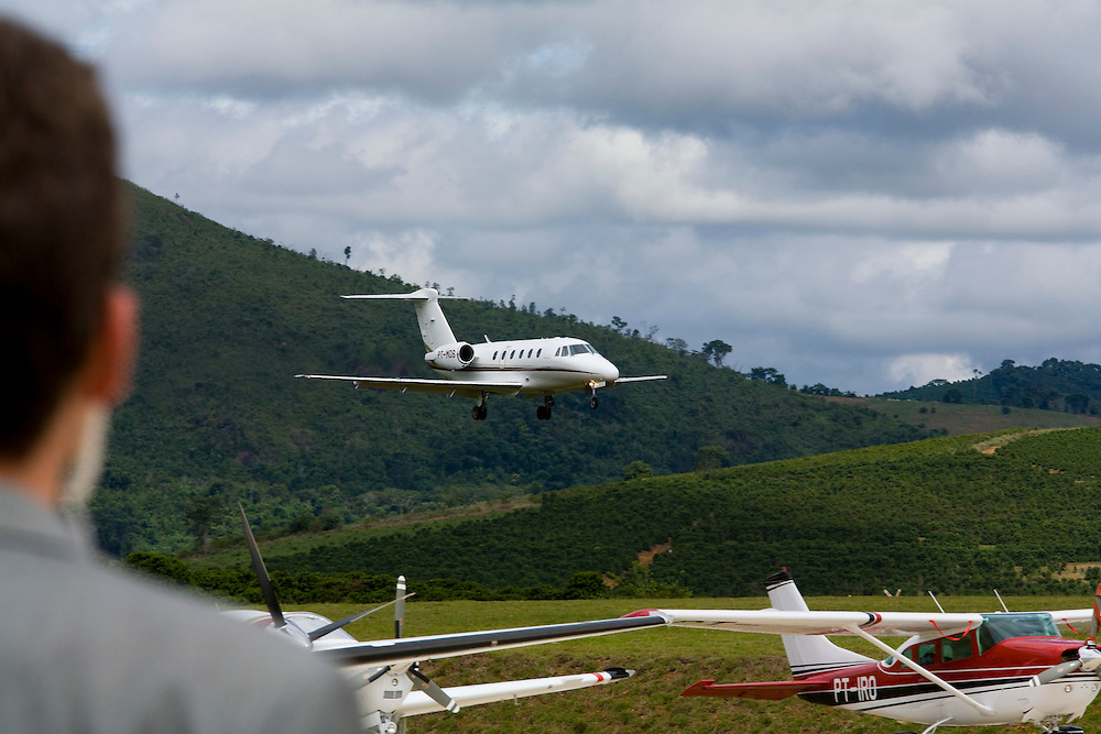 Manhuacu_MG, Brasil...Homem olhando o aviao no aeroporto de Manhuacu...A man looking for airplane the Manhuacu airport...FOTO: BRUNO MAGALHAES /  NITRO