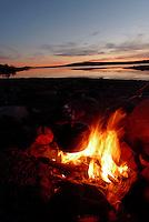 Kaffekoking over bål i solnedgang ved Nersjøen, Sylan