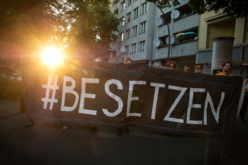 """Nach den Hausbesetzungen am Pfingstsonntag protestieren mehrere hundert Menschen in Berlin Kreuzberg gegen die """"Berliner Linie"""" und für eine Ruecknahme der der Strafantraege, die der Eigentuemer des Hauses, das staedtischen Wohnbauunternehmen Stadt und Land gegen die Besetzer gestellt hat. Bei der Berliner Linie handelt es sich um eine Verordnung des Berliner Senats von 1981, die besagt, dass besetzte Haeuser innerhalb von 24 Stunden nach Bekanntwerden der Besetzung zu raeumen sind. Demonstranten mit Banner: #BESETZEN<br /> <br /> <br /> [© Christian Mang - Veroeffentlichung nur gg. Honorar (zzgl. MwSt.), Urhebervermerk und Beleg. Nur für redaktionelle Nutzung - Publication only with licence fee payment, copyright notice and voucher copy. For editorial use only - No model release. No property release. Kontakt: mail@christianmang.com.]"""