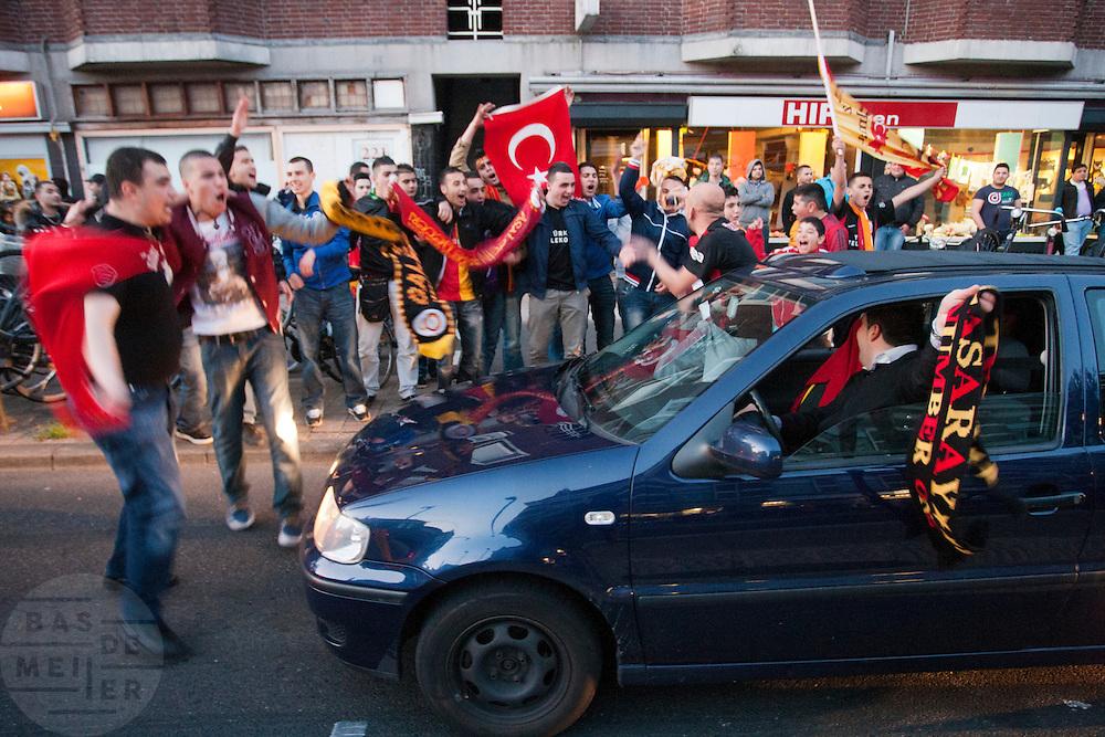 Supporters van de Turkse voetbalclub Galatasaray vieren In Utrecht toeterend en juichend het kampioenschap van hun club in de Turkse competitie. De Amsterdamsestraatweg werd door de supporters geblokkeerd, uiteindelijk heeft de politie de weg weer vrij gemaakt.<br /> <br /> In Utrecht fans of the Turkish soccer team Galatasaray are celebrating the championship by driving around in cars while making lots of noise.