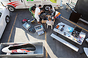 De technici sleutelen in de ochtend aan de VeloX V. Het Human Power Team Delft en Amsterdam (HPT), dat bestaat uit studenten van de TU Delft en de VU Amsterdam, is in Amerika om te proberen het record snelfietsen te verbreken. Momenteel zijn zij recordhouder, in 2013 reed Sebastiaan Bowier 133,78 km/h in de VeloX3. In Battle Mountain (Nevada) wordt ieder jaar de World Human Powered Speed Challenge gehouden. Tijdens deze wedstrijd wordt geprobeerd zo hard mogelijk te fietsen op pure menskracht. Ze halen snelheden tot 133 km/h. De deelnemers bestaan zowel uit teams van universiteiten als uit hobbyisten. Met de gestroomlijnde fietsen willen ze laten zien wat mogelijk is met menskracht. De speciale ligfietsen kunnen gezien worden als de Formule 1 van het fietsen. De kennis die wordt opgedaan wordt ook gebruikt om duurzaam vervoer verder te ontwikkelen.<br /> <br /> The technicians prepare the VeloX V at the hotel. The Human Power Team Delft and Amsterdam, a team by students of the TU Delft and the VU Amsterdam, is in America to set a new  world record speed cycling. I 2013 the team broke the record, Sebastiaan Bowier rode 133,78 km/h (83,13 mph) with the VeloX3. In Battle Mountain (Nevada) each year the World Human Powered Speed ??Challenge is held. During this race they try to ride on pure manpower as hard as possible. Speeds up to 133 km/h are reached. The participants consist of both teams from universities and from hobbyists. With the sleek bikes they want to show what is possible with human power. The special recumbent bicycles can be seen as the Formula 1 of the bicycle. The knowledge gained is also used to develop sustainable transport.