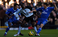 Fotball<br /> Premier League England 2004/2005<br /> Foto: BPI/Digitalsport<br /> NORWAY ONLY<br /> <br /> 13/11/2004 <br /> Fulham v Chelsea<br /> <br /> Luis Boa Morte is sandwiched between  Paulo Ferreira, left, and Alexei Smertin