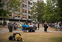 DEU, Deutschland, Germany, Berlin, 12.08.2015: Flüchtlinge auf dem Gelände des Landesamts für Gesundheit und Soziales (LaGeSo), hier befindet sich die Zentrale Aufnahmeeinrichtung des Landes Berlin für Asylbewerber.