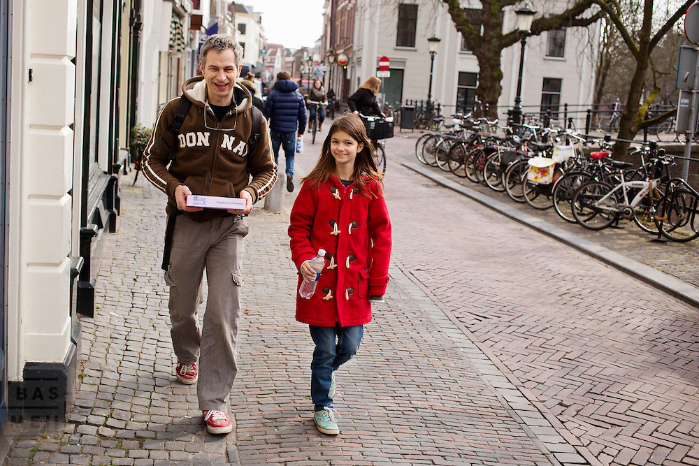 Fotograaf en schrijver Pieter van Leeuwen heeft met zijn dochter een vlaai gehaald bij de supermarkt.<br />