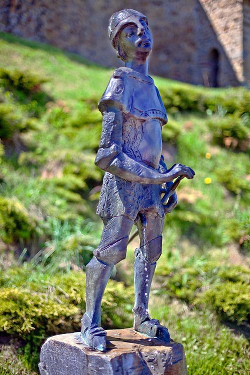 Sikający Rycerz - rzeźba zbrojnego rycerza  pod Basztą Kowalską w Nowy Sączu, Polska<br /> Pious Knight - sculpture of an armed knight under Baszta Kowalska in Nowy Sącz, Poland